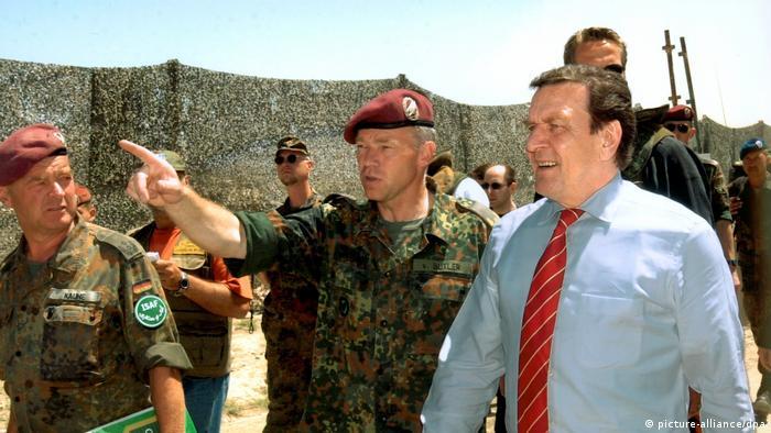 Генерал Карл-Хубертус фон Бутлер (в центре) и канцлер Герхард Шрёдер в Афганистане. Снимок 2002 года