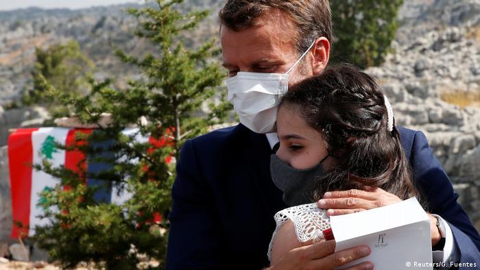 Libanon | Emmanuel Macron umarmt eine betroffene der Explosion in Beirut