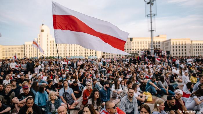Історичний національний прапор Білорусі на протестах в Мінську