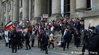 Демонстранты у бундестага 29 августа 2020