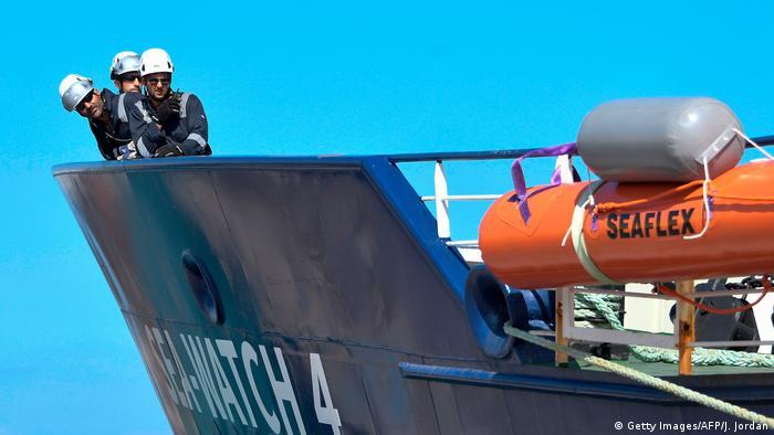 Spanien Burriana | Crew Mitglieder der Sea-Watch 4 (Getty Images/AFP/J. Jordan)