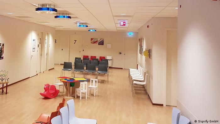 Lâmpadas UVC no teto de uma sala de espera