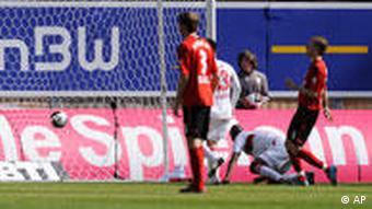 Stuttgarts Stürmer Cacau kniet nach seinem zweiten treffer uam Boden und setzt gerade zm Jubel an(apn Photo/Daniel Maurer)
