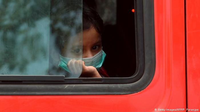 Indien Corona-Pandemie Symbolbild Armut Kinder (Getty Images/AFP/P. Paranjpe)