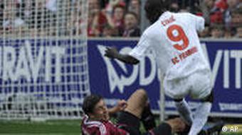 Freiburgs dunkelhäutiger Stürmer Papiss Cissé erzielt das 2:0 für den SC (apn Photo/Winfried Rothermel)