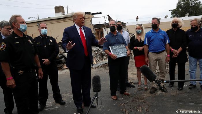 Президент США Дональд Трамп в ходе визита в Кеношу в штате Висконсин