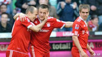Bayern Stürmer Olic und Robben umarmen sich nach einem Tor (Foto: apn Photo/Uwe Lein)