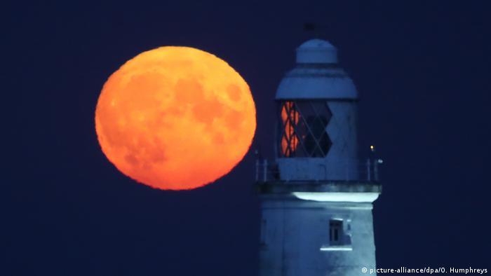 Pun mesec obasjava svetionik Sent Meri na istoimenom ostrvcu u blizini Vajt Beja na severoistočnoj obali Engleske. Svetionik je sazidan davne 1898. godine i visok je 38 metara. Nije u upotrebi od 1984, a otvoren je za posetioce.