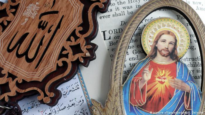 صورة رمزية تمثل الكتابين الإنجيل والقرآن الكريم