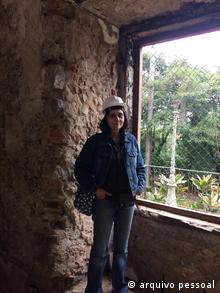 Brasilien Aparecida Villaça steht vor der Wank Ihres ehemaligen Büros im Nationalemuseum in Rio Janeiro