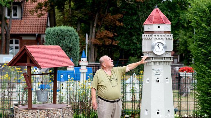 Альберт Дикман и модель водонапорной башни из соседнего нижнесаксонского городе Лерте
