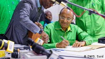 Sansibar | Präsidentschaftskandidat Hussein Mwinyi legt Wahlkomission Formale vor