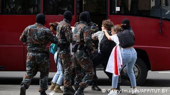 Милиционеры задерживают протестующих в Минске