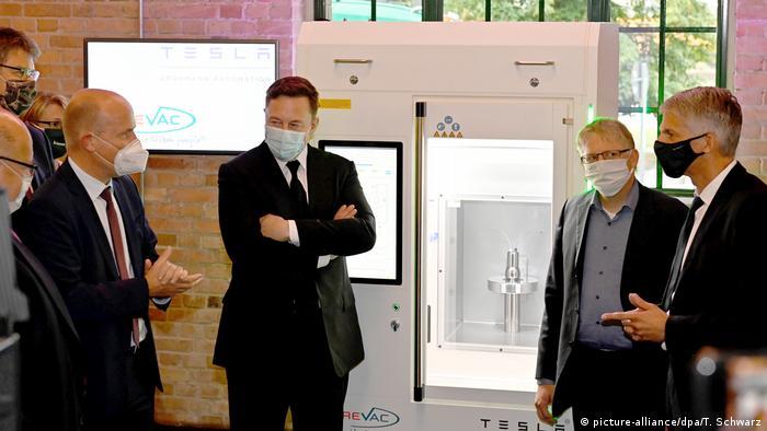 Ілон Маск демонструє депутатам Бундестагу Німеччини принтер для вакцин Curevac
