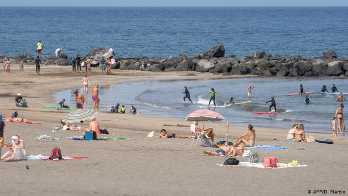 Spain | people on a beach on the Canary Island of Tenerife (AFP/D. Martin)