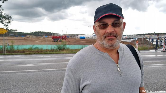 Picture of Steffen Seiler in front of the Gigafactory construction site