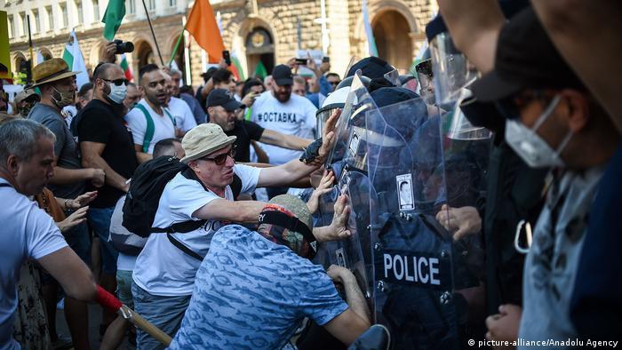 Demonstranten im Kampf mit Polizisten vor dem bulgarischen Parlament (Foto_ picture-alliance/Anadolu Agency)