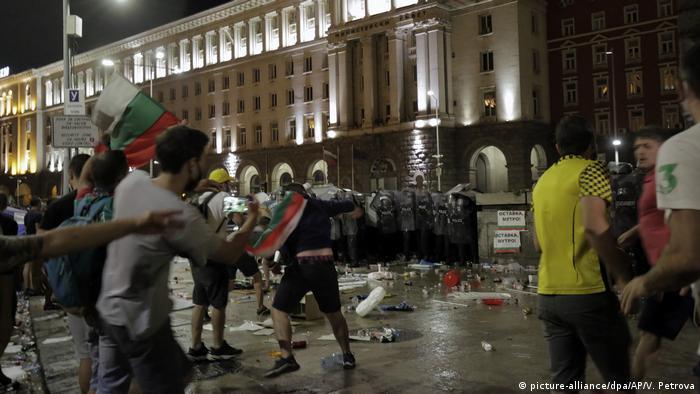 Die Proteste vor dem Parlamentsgebäude in Sofia hielten bis weit in die Nacht an (Foto: picture-alliance/dpa/AP/V. Petrova)