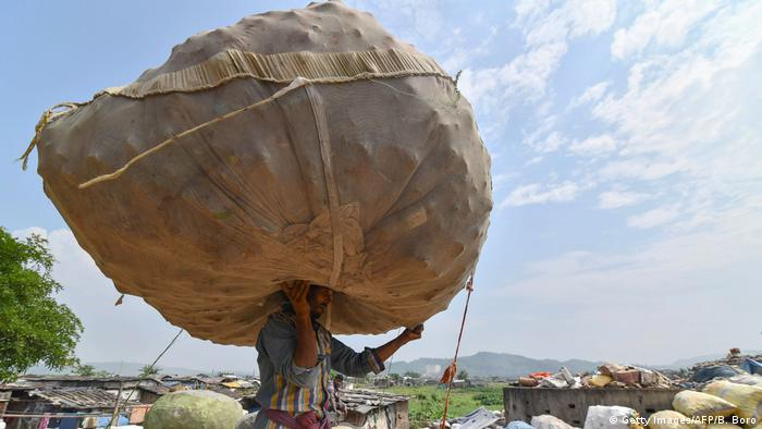 Indien Müllsammler in Corona Zeiten Archivbild (Getty Images/AFP/B. Boro)