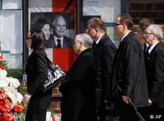 Brat blizanac pokojnog poljskog predsjednika Jaroslaw Kaczynski (drugi s lijeva) dolazi pred Baziliku Svete Marije