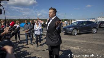 Илон Маск общается с журналистами в Грюнхайде