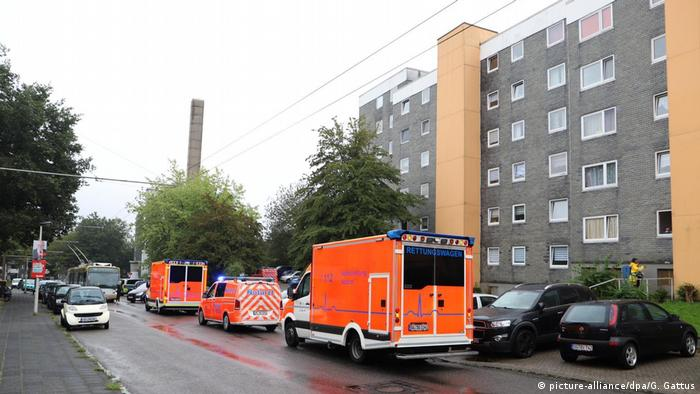 An apartment house in Solingen with emergency vehicles parked outside (picture-alliance/dpa/G. Gattus)