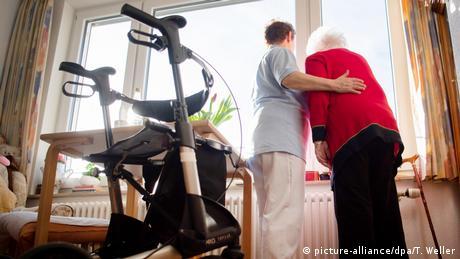 Γερμανία: Υποχρεωτικός ο κατώτατος μισθός στη φροντίδα ηλικιωμένων