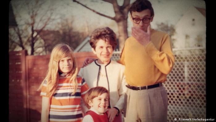 Рут Вестхаймер с мужем и детьми. Фото из семейного архива. Кадр из фильма Спросите доктора Рут (англ. Ask Dr. Ruth, нем. Fragen Sie Dr. Ruth)