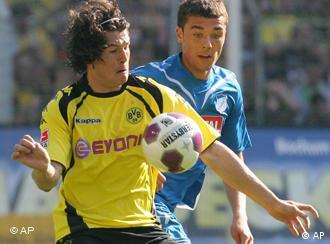 Nelson Valdez von Borussia Dortmund mit gelb-schwarzem trikot behauptet den Ball gegen einen Gegenspieler von Hoffenheim. (apn Photo/ Alex Gottschalk)