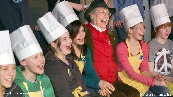 Kinder mit Kochmütze kochen beim Kulinarischen Kino (picture-alliance/dpa)