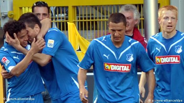 Vier Hoffenheimer Spieler in blauen Trikots bejubeln erleichtert den 1:1 Ausgleich ( Foto: Franz-Peter Tschauner dpa/lnw)