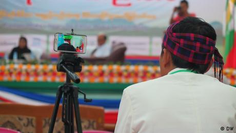 Konferenz Enthnischer Medien Myanmar Smartphone (DW)