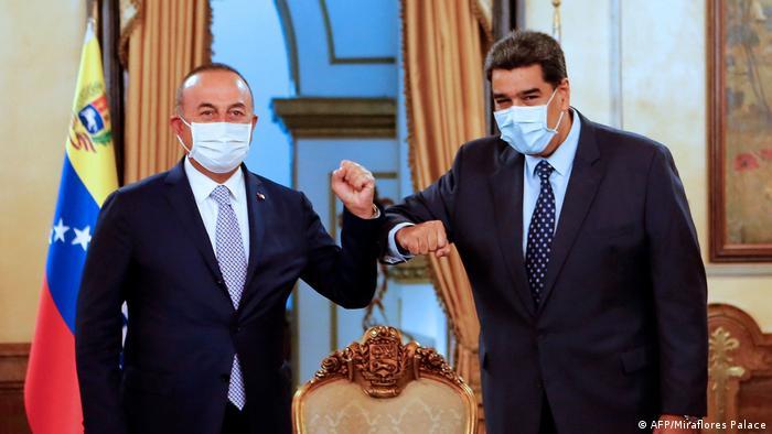 Saludo pandémico entre Maduro y el canciller turco, Cavusoglu en el Palacio Miraflores de Caracas.