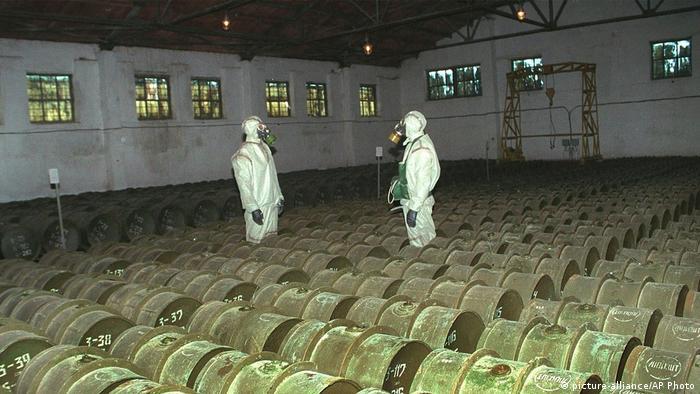 Солдаты проверяют сохранность металлических контейнеров с токсичными агентами