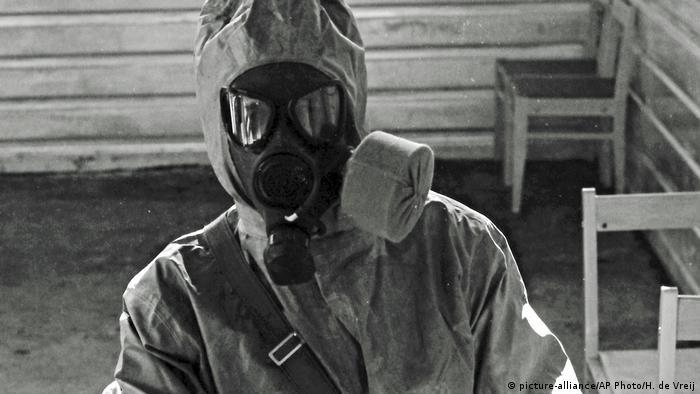 Un especialista soviético en un labratorio para desarrollar agentes nerviosos. Foto de 1987.