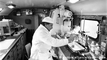 Сотрудник лаборатории в Шиханах за работой, 1987 год