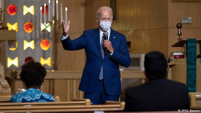 De máscara, Joe Biden fala diante de moradores de Kenosha em igreja