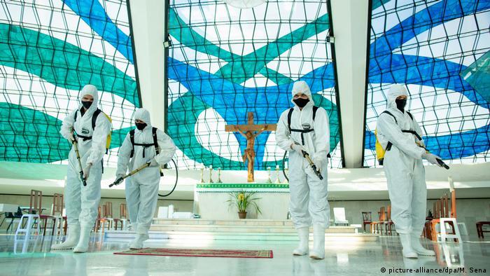 Militares desinfetam Catedral Metropolitana Nossa Senhora Aparecida, em Brasília