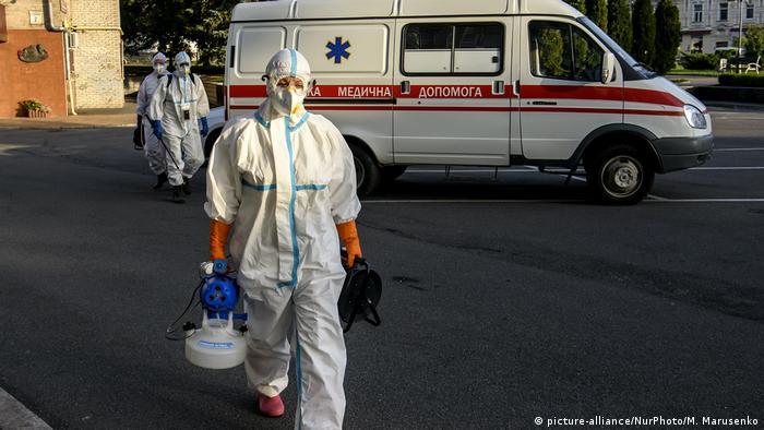 Медпрацівники у захисних костюмах в Україні (фото з архіву)