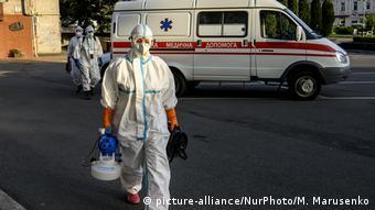 Медики выходят из машины скорой помощи в Виннице, 1 сентября 2020 года