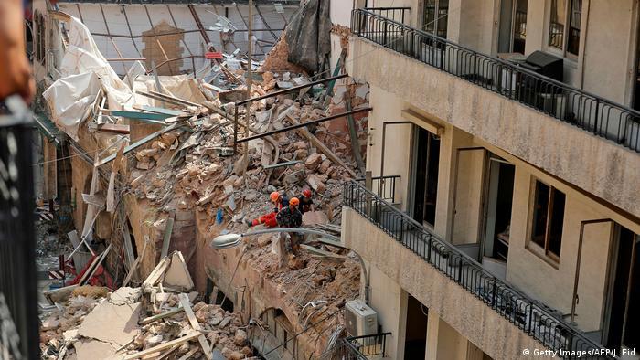 Libanon Beirut   Suche nach Überlebenden im Schutt zerstörter Gebäude (Getty Images/AFP/J. Eid)
