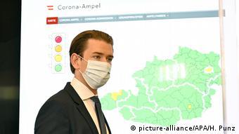 Курц на пресконференції перед картою Австрії