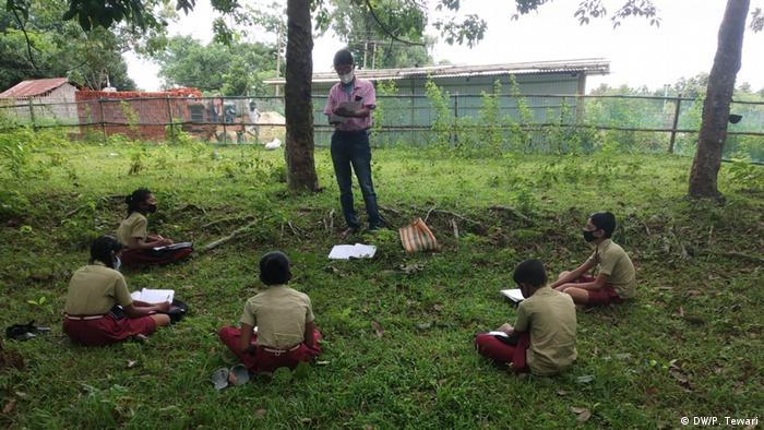 Indien Tripura   Unterricht im freien (DW/P. Tewari)