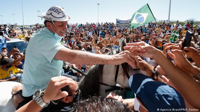 Bolsonaro cumprimenta apoiadores no aeroporto de São Raimundo Nonato, no Piuaí, em 30 de julho