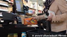 Mujer comprando en supermercado de Kassel, en Alemania.