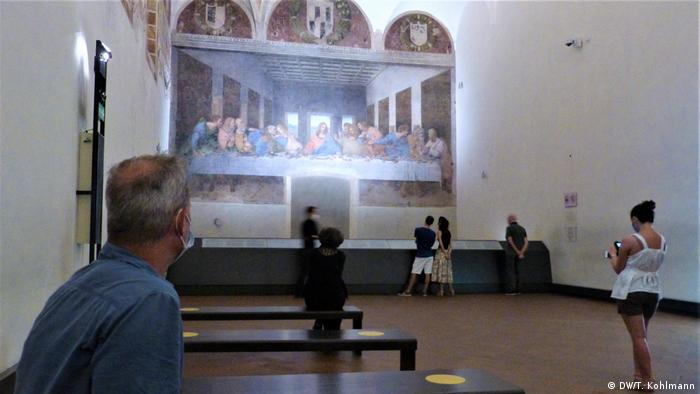 Visitors viewing Leonardo da Vinci's The Last Supper (DW/T. Kohlmann)