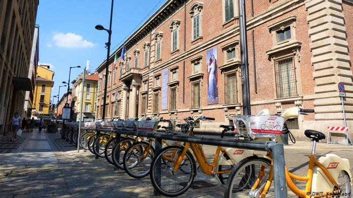 Rental bicycles in front of Pinacoteca Brera in Milan, Italy (DW/T. Kohlmann)