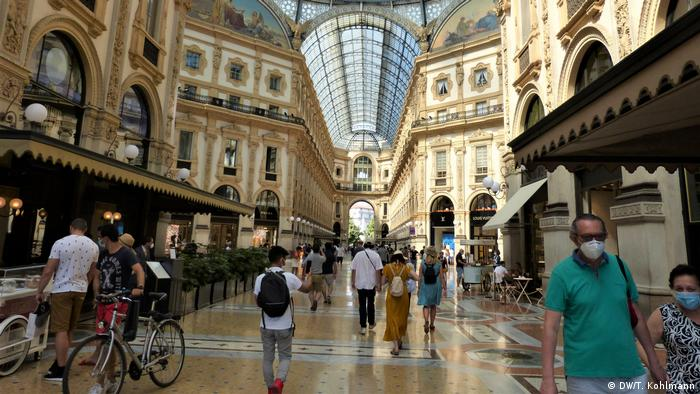 Visitors walking with face masks in Milan's Galleria Vittorio Emanuele II (DW/T. Kohlmann)