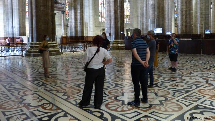 A small group of visitors in Milan's Duomo (DW/T. Kohlmann)