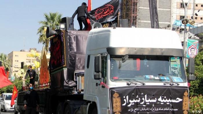 این حسینیه سیار در ایام عزاداری محرم در شیراز و در شرایط کرونایی در خیابانها به راه افتاد.